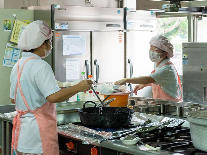 厨房で調理する様子