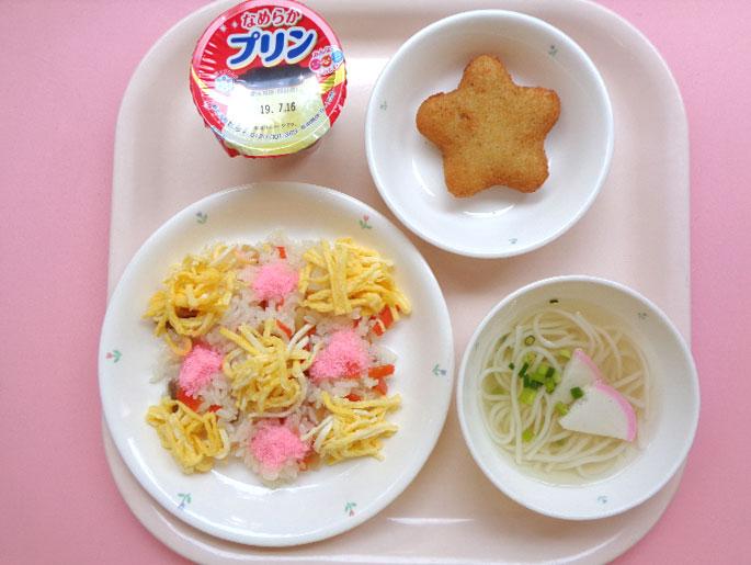 ある日の献立、チラシ寿司、うどん、ポテトフライ、プリン