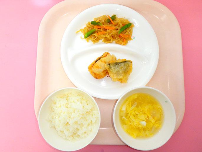 ある日の献立、白米、卵スープ、魚のフライ、あえ物