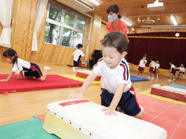 跳び箱に挑戦する幼児
